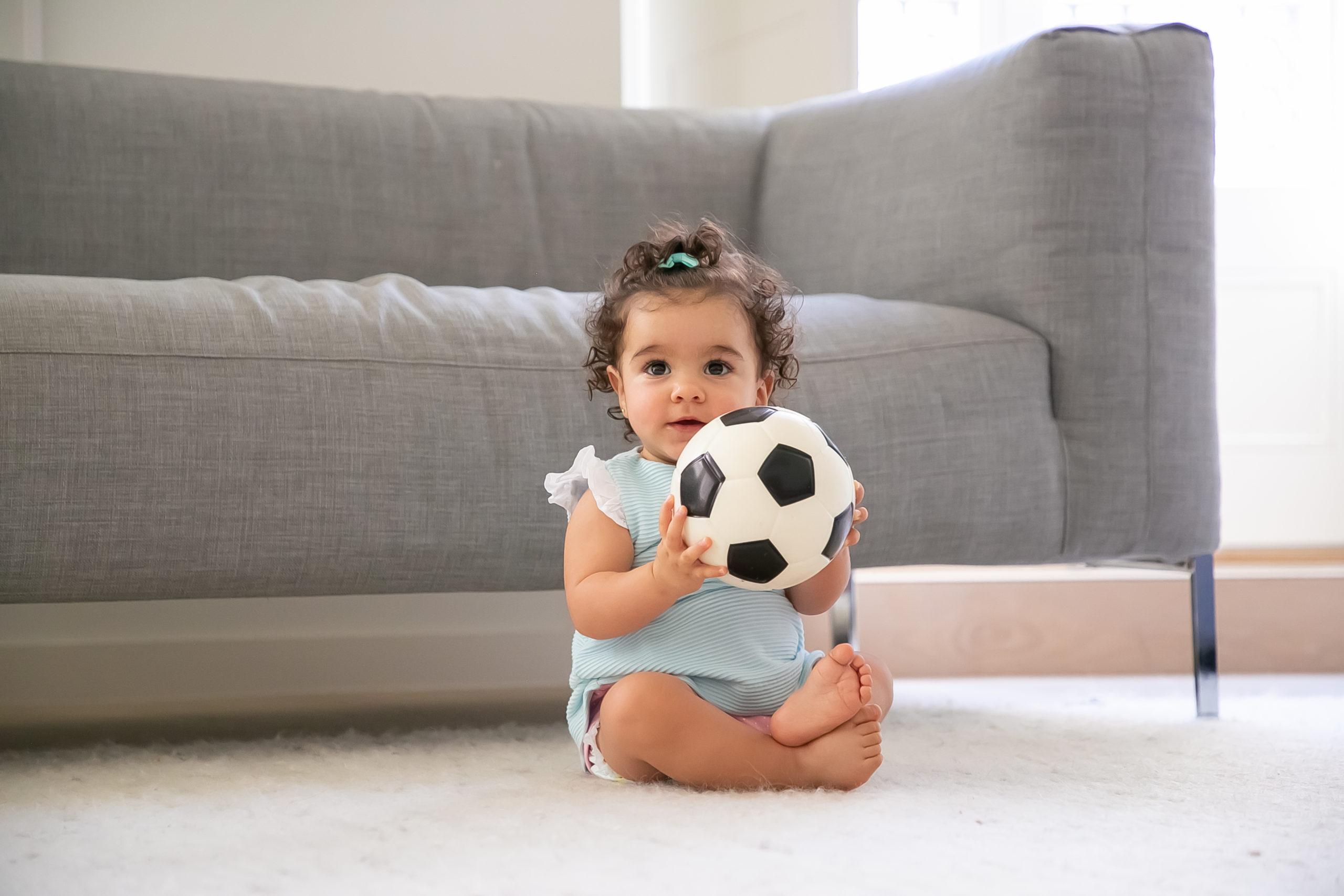 Bebé niña con pelota; Desarrollo Motor