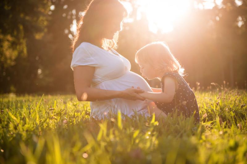 Mamá e hija en un campo
